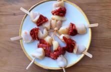 Brochette de chorizo, marinées dans du lait safrané